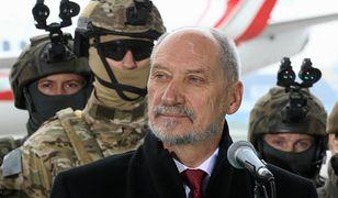 Minister Antoni Macierewicz dwa lata rządów w MON podsumował na tle uzbrojonych żołnierzy.