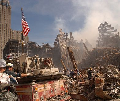 Strażacy w ruinach WTC w Nowym Jorku