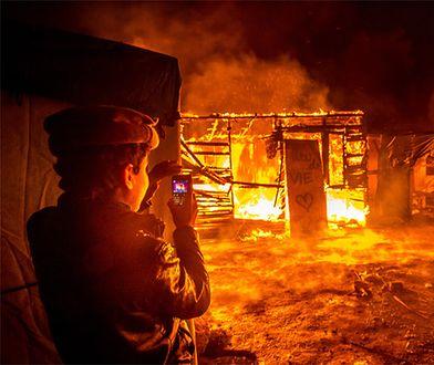 2 marca uchodźcy podpalili część obozu w Calais podczas jego ewakuacji. Doszło też do starć z policją