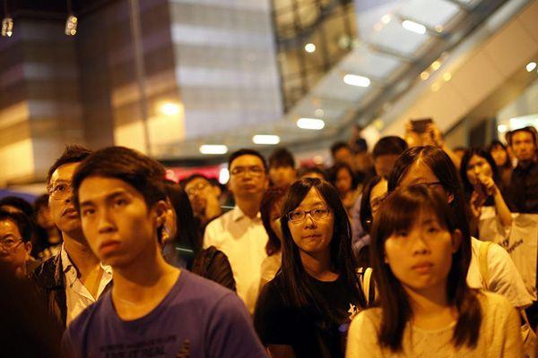 Uczestnicy Occupy Central słuchają jednego z liderów protestu Joshuy Wonga
