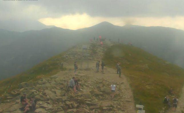 IMGW ostrzega przed burzą w Tatrach. A turyści wciaż podziwiają widoki.