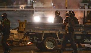 Uzbrojeni policjanci podczas zamieszek w Derry