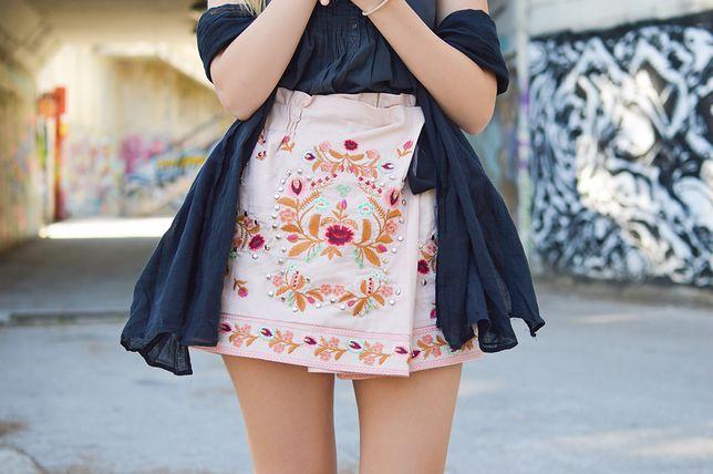 Kopertową spódnicę mini możesz włożyć do dłuższego blezera