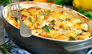 Soczyste piersi z kurczaka zapiekane w sosie śmietanowym z rozmarynem. Pyszny obiad dla całej rodziny