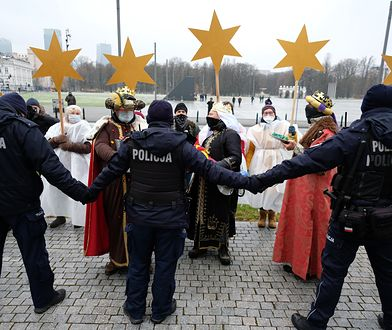 Warszawa. Happening podczas miesięcznicy smoleńskiej. Przebrali się za Trzech Króli