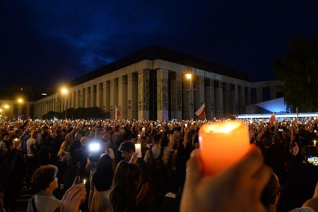Łańcuch światła wokół Sądu Najwyższego.