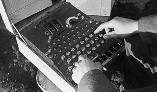 Powszechnie uważa się, że złamanie szyfru Enigmy znacząco przyspieszyło zakończenie drugiej wojny światowej. Ale jak Polakom się to udało?