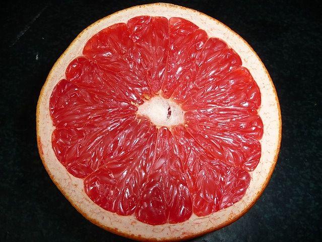 Biała osłonka skórki grejpfruta i biała część arbuza