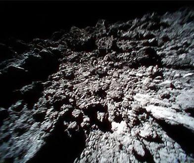 W lutym 2019 sonda Hayabusa-2 zbombardowała powierzchnię asteroidy Ryugu. A następnie na niej wylądowała