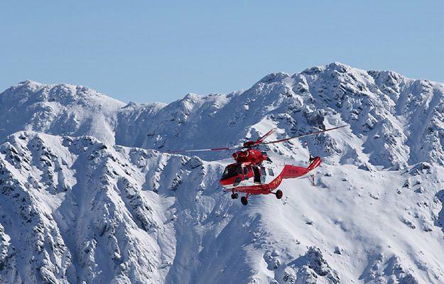 Śmigłowiec TOPR podczas akcji poszukiwawczej w Tatrach