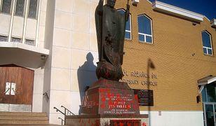 Sprofanowali pomnik Jana Pawła II. Sprawa związana ze znalezieniem setek ciał