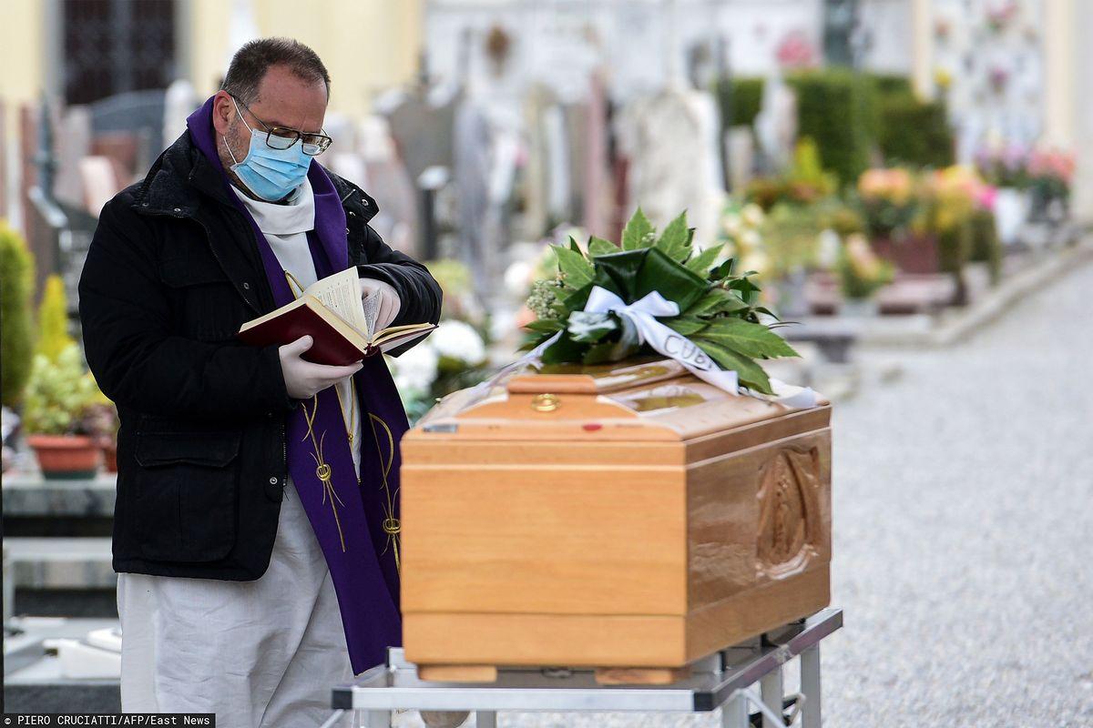 Specjalne procedury podczas pogrzebów. Prawie wszystkie polskie ofiary skremowano