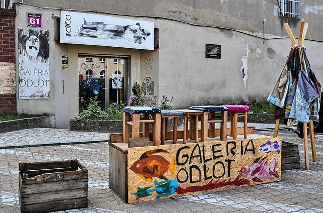 """""""Galeria Odlot"""" w Łodzi. W tle tablica Marka Rosiaka"""