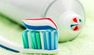 Co oznaczają kolorowe paski na tubce pasty do zębów? Obalamy mity