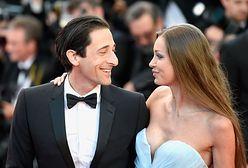 Adrien Brody z dziewczyną na festiwalu w Cannes. Jak on na nią patrzy!