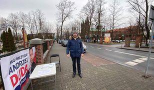 Wybory prezydenckie 2020. Wiceprezydent Katowic Marek Skiba obok baneru z wizerunkiem Andrzeja Dudy