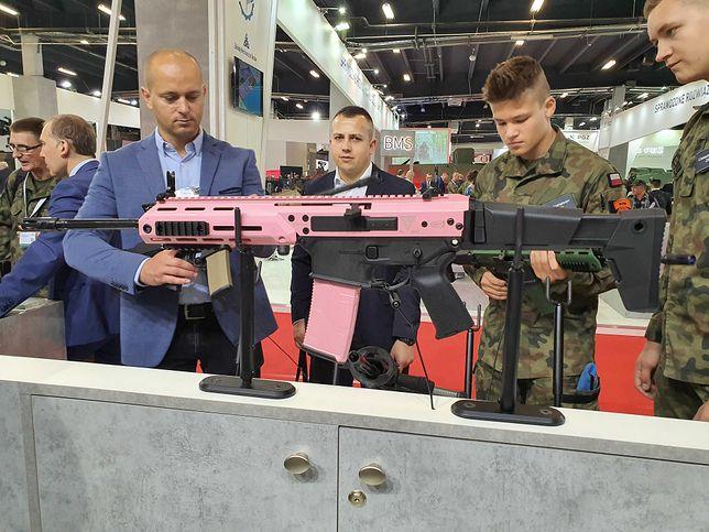"""MSPO 2019. Różowa broń w ofercie Fabryki Broni """"Łucznik"""". Firma wyjaśnia, skąd taki wybór"""