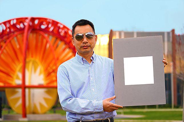 Xiulin Ruan z próbką najbielszej farby na świecie.