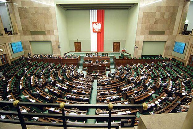 """Sejm przegłosował projekty ustaw dotyczące penalizacji banderyzmu i """"polskich obozów"""""""