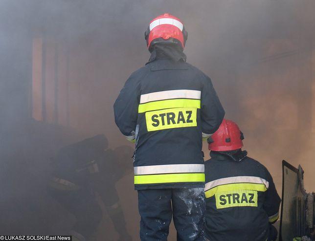 Strażacy dogaszają pożar starej cegielni w Brzegu