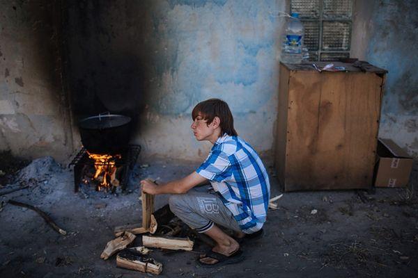 Chłopiec w Awdiejewce, niedaleko Doniecka. Trwa dramat uchodźców na wschodzie kraju