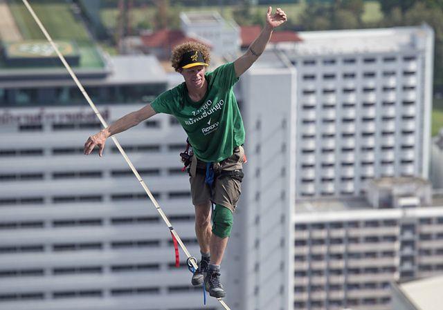 Spacerował 175 metrów nad ziemią - zobacz