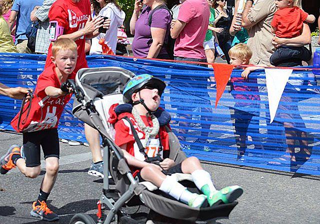 Płynął, jechał, biegł, ciągnąc chorego brata na wózku