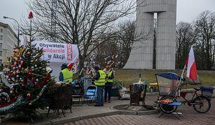 Garstka protestujących pod Sejmem. O północy planują pasterkę