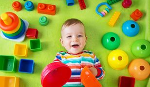 Dzieci w wieku 6-12 miesięcy stają się coraz bardziej ruchliwe, stąd potrzeba wynajdowania im coraz bardziej zajmujących zabawek