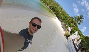 Tomasz Maciejewski na plaży w Malezji.