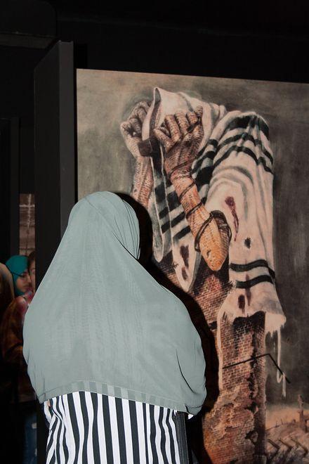 jedna z uczennic w muzeum wiezienia Pawiak