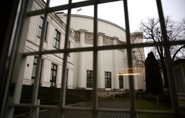 Barierki wróciły przed Sejm. Krzysztof Brejza: niespodzianka, z samego rana znów pojawił się płot