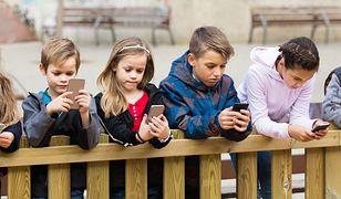 """Internet """"pochłania"""" dzieci. Co trzeci nastolatek korzysta ze smartfona po północy"""