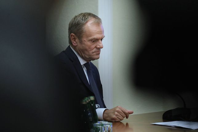 """Kulisy przesłuchania Tuska ws. Amber Gold. Szef RE naradzał się z Giertychem w """"pieczarze"""" Schetyny"""