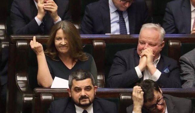 Joanna Lichocka w Sejmie pokazuje wulgarny gest posłom opozycji.