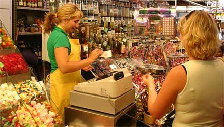 Uśmiechnięta kasjerka - towar deficytowy w polskich sklepach