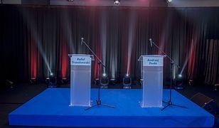 Dwa puste pulpity podczas debaty prezydenckiej w Lesznie