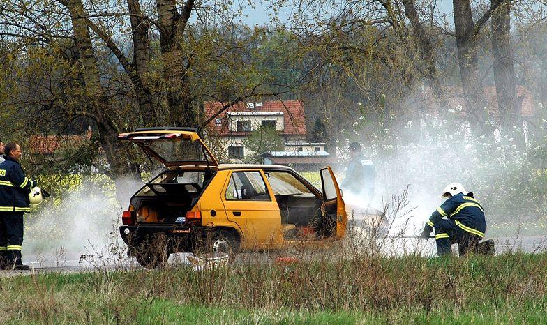 Tożsamość sprawców zaskakuje. W Tczewie spłonęły dwa auta. Zajęły się od maseczki