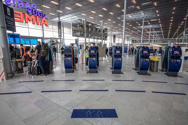 Koronawirus we Francji. Zatrzymania ws. handlu na lotnisku fałszywymi certyfikatami o teście na COVID-19