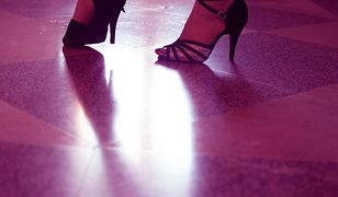 Skuteczny trik, jak bez bólu przetańczyć całą noc w szpilkach