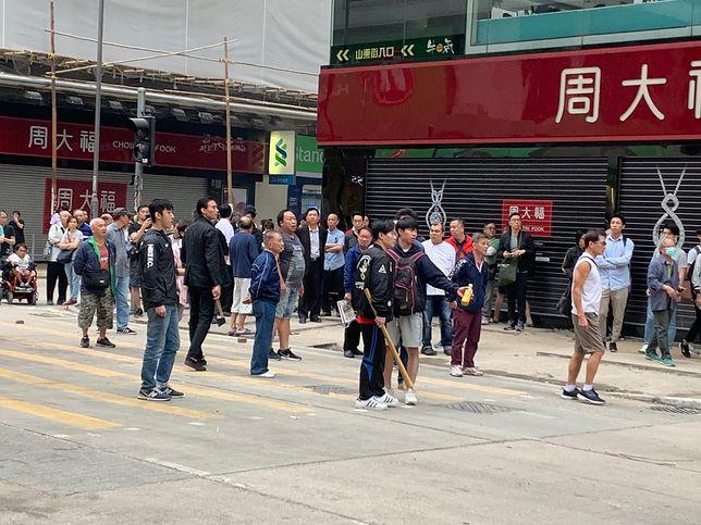 Na ulicach Hongkongu można spotkać ludzi uzbrojonych w pałki i siekiery