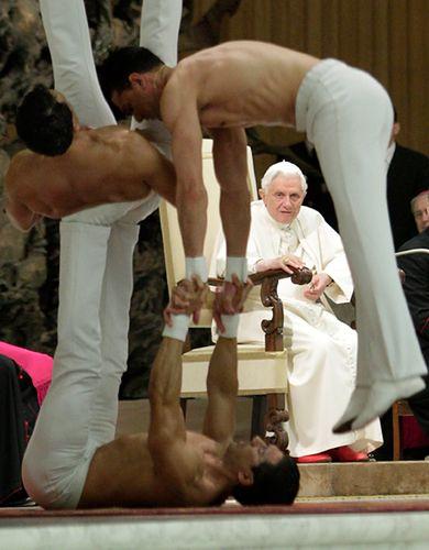 Prężą nagie torsy przed papieżem - zobacz zdjęcia