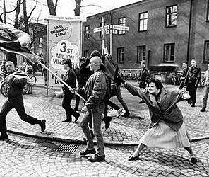 Polka uderzyła torebką po głowie neonazisty. To zdjęcie jest legendą