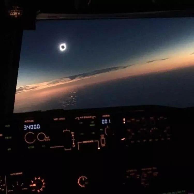 Zaćmienie Słońca. Niezwykłe zdjęcie pilota samolotu