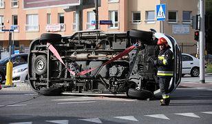 Warszawa. Poważny wypadek karetki na Mokotowie. Przewróciła się na bok