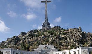 Wielki krzyż góruje nad wywołująca kontrowersje Doliną Poległych niedaleko Madrytu