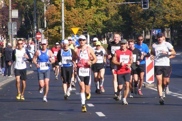 Ulicami Poznania pobiegną maratończycy - sporo utrudnień dla kierowców i pasażerów MPK