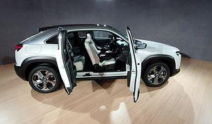 Mazda MX-30 na żywo. Ma dziwne drzwi i tylko 200 km zasięgu