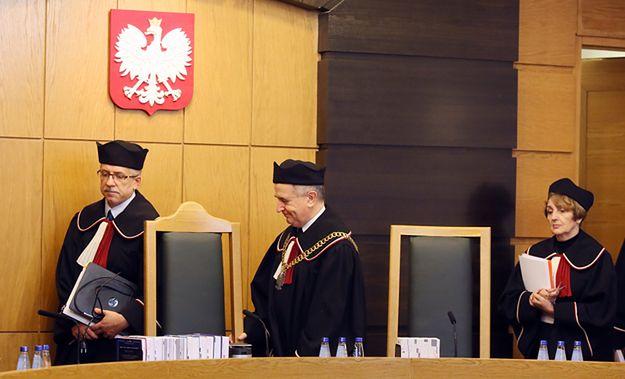 Sędziowie TK: Piotr Tuleja, Leon Kieres i Małgorzata Pyziak-Szafnicka na sali rozpraw.