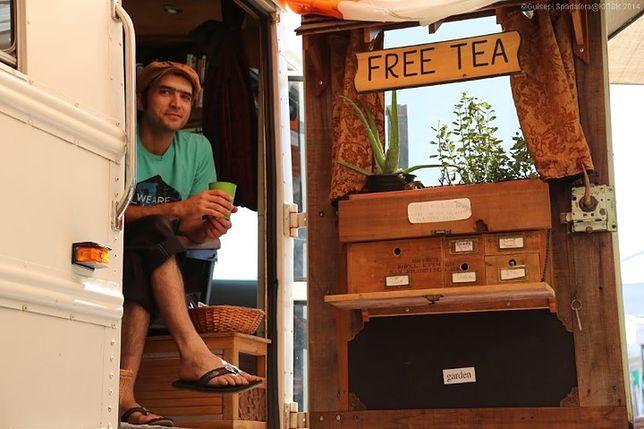 Amerykanin podróżuje po kraju i w zamian za rozmowę oferuje herbatę